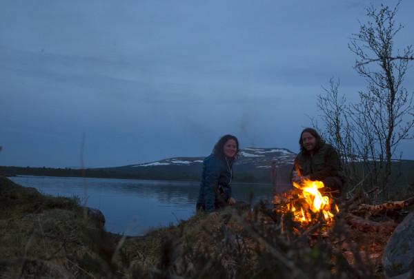 Kveldsmat og bål ved Bjørsjøen etter en lang dag i felt (foto: L.K. Hagenlund)