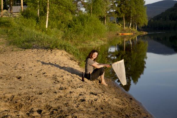 Linn er fornøyd med kveldens fangst av vannfluer (Ephydridae). Riktignok ikke ved myr, men det er vanskelig å legge fra seg håven! (Foto: M. Hagenlund.)