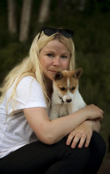Snille Mari Hagenlund som har hjulpet oss masse. På fanget er lille Tundra som snart skal bli tiurens skrekk! (Foto: L.K. Hagenlund.)